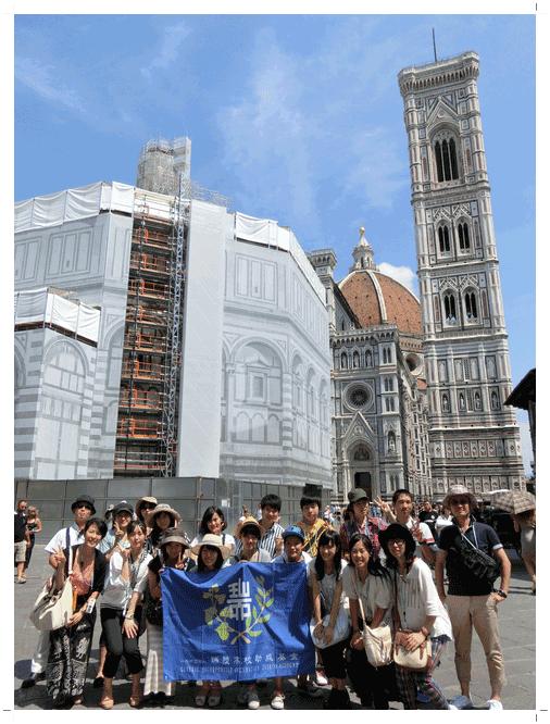 フィレンツェのサンタ・マリア・デル・フィオーレ大聖堂前にて