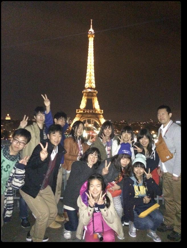 エッフェル塔の夜景を背景に